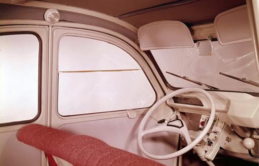 Autres caractéristiques   deux pares-soleil, le tissus des armatures de  sièges est rouge, le volant est blanc bakélite et le plafonnier est rond. 7663d877e39